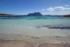 Sardinia San Teodoro med den Tavolara ön som en bakgrund Arkivfoton