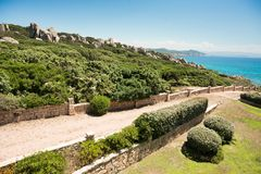 sardinia Testa de capo l'Italie Route vers la mer Pierres sur la colline photos libres de droits