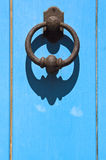 sardinia Vieille porte bleue avec le clapet Images stock