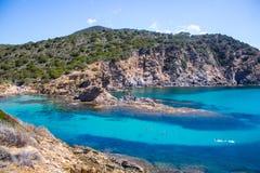 Sardinien-beatifull Nebenfluss-Kristallwasser mit Felsen und Baum Stockfotografie