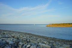 Sardismeer en eiland stock afbeelding