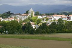 Sare,法国在西班牙法国边界的巴斯克地区,是农田包围的小山顶17世纪村庄,在Labou 免版税库存图片