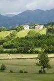Sare,法国在西班牙法国边界的巴斯克地区,是农田和登上包围的小山顶17世纪村庄Rhu 免版税库存照片