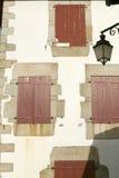 Sare,法国红色快门窗口在西班牙法国边界的,农场包围的小山顶17世纪村庄巴斯克地区 免版税库存照片