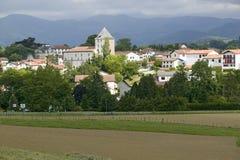 Sare, Francia en país vasco en la frontera Español-francesa, es un pueblo del siglo XVII de la cumbre rodeado por los campos de g Imágenes de archivo libres de regalías