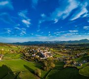 Sare, Francia en país vasco en la frontera Español-francesa, visión aérea foto de archivo libre de regalías