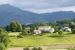 Sare,法国在西班牙法国边界的巴斯克地区,是农田和登上包围的小山顶17世纪村庄Rhu 免版税图库摄影
