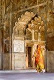 Saree dentro la fortificazione rossa di Nuova Delhi, India fotografie stock
