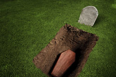 Sarg oder Grab am Friedhof stockfotografie