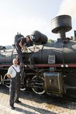 Sargan Vitasi,塞尔维亚, 2017年7月17日:两个火车司机蒸汽机车为旅途做准备 库存图片