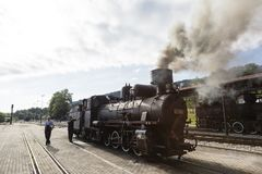 Sargan Vitasi,塞尔维亚, 2017年7月17日:两个火车司机蒸汽机车为旅途做准备 免版税图库摄影