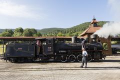 Sargan Vitasi, Serbie, le 17 juillet 2017 : Deux conducteurs de train préparent la locomotive à vapeur pour le voyage Photos libres de droits
