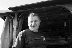 Sargan Vitasi, Serbien, am 17. Juli 2017: Ein Zugfahrer steht proudli im Fahrerhausmonochrom Lizenzfreie Stockfotos