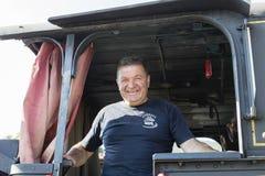 Sargan Vitasi, Serbien, am 17. Juli 2017: Ein Zugfahrer steht stolz im Fahrerhaus Stockfotografie