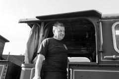 Sargan Vitasi, Servië, 17 Juli 2017: Een treinbestuurder bevindt zich proudli in de zwart-wit cabine Stock Foto