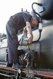 Sargan Vitasi, Servië, 17 Juli 2017: Een treinbestuurder vult olie in Royalty-vrije Stock Afbeelding