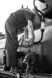 Sargan Vitasi, Servië, 17 Juli 2017: Een treinbestuurder vult olie in Stock Foto's