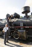 Sargan Vitasi, Servië, 17 Juli 2017: Twee treinbestuurders bereiden de stoomlocomotief voor de reis voor Stock Afbeeldingen