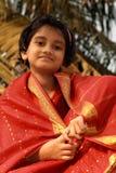 Ευτυχές ασιατικό κορίτσι στην κόκκινη Sari Στοκ Φωτογραφίες