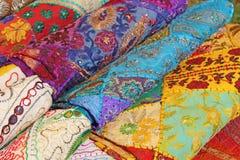 sari Helle farbige Gewebe Indien Es wird auf dem Markt errichtet H Stockfotos