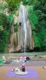 Sari Iran - 18 Juli 2017: Vattenfall på norden av Iran, med iraniern som tar ett bad med kläder och förbereder barbacoe och irani arkivfoto