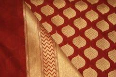 Sari nupcial de seda 2 de Benares foto de archivo