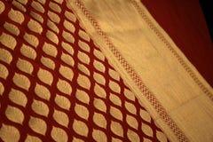 Sari nupcial de seda de Benares foto de archivo libre de regalías