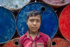 Sarif, menino dos trabalhadores lá estava em áreas de Sadarghat do rio de Karnafuli, Chittagong, Bangladesh Imagens de Stock