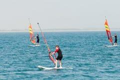 Sarigerme, Turquía - 13 de mayo 2013 Niños en los catamaranes de la navegación del mar Imagenes de archivo