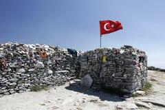 Sarikiz święte miejsce z turecczyzny flagą w górze ida, Edremit, Turcja obraz stock