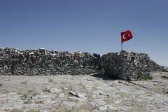 Sarikiz-heilige Stätte mit türkischer Flagge im Berg IDA, Edremit, die Türkei stockfoto