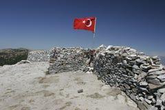 Sarikiz-heilige Stätte mit türkischer Flagge im Berg IDA, Edremit, die Türkei lizenzfreie stockfotos