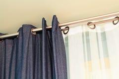 Sarja de Nimes e cortinas brancas Imagem de Stock
