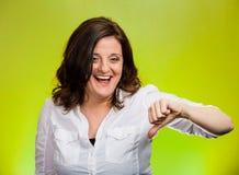 Sarkastycznie szczęśliwa kobieta pokazuje kciuki zestrzela ręka gest Obrazy Stock