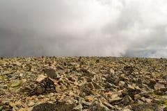 Sarlyk山的上面从在彼此堆积的石头的 图库摄影