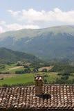 Sarnano (Italië) - Landschap over betegeld dak stock afbeeldingen