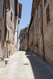 Sarnano (Macerata, marços, Italy) - rua velha Imagem de Stock
