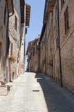 Sarnano (Macerata, marzo, Italia) - vecchia via Immagine Stock
