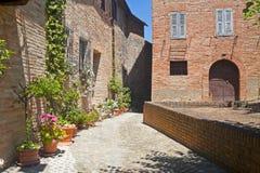 Sarnano (marzo, l'Italia) - vecchio villaggio Immagine Stock Libera da Diritti
