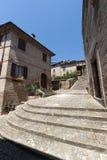 Sarnano (marzo, l'Italia) - vecchio villaggio Fotografia Stock Libera da Diritti