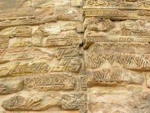 Sarnath, Uttar Pradesh, Índia - 1º de novembro de 2009 inscrição e motivos antigos em Dhamek Stupa Imagem de Stock