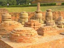 Sarnath, Uttar Pradesh, India - November 1, de Oude ruïnes van 2009 van Monolithisch die traliewerk van zandsteen dichtbij Dhamek Royalty-vrije Stock Foto's