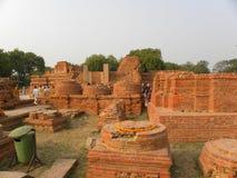 Sarnath, Uttar Pradesh, Indien - 1. November 2009 alte Ruinen vom monolithischen Geländer gemacht von den Sandsteinziegelsteinen Lizenzfreie Stockfotografie
