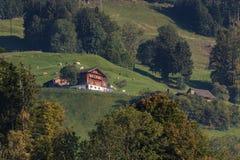 SARNEN SCHWEIZ EUROPA - SEPTEMBER 21: Sikt av en chal schweizare arkivfoto