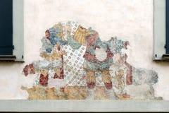 SARNICO, ITALY/EUROPE - 11-ОЕ ОКТЯБРЯ: Старая увяданная настенная роспись на стене i Стоковое фото RF