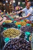供营商在Sarona食物市场上的卖腌汁 免版税库存照片