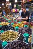 供营商在Sarona食物市场上的卖腌汁 库存图片