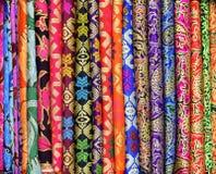 Sarongs coloridos para a venda no mercado da arte e do ofício de Ubud Bali Indonésia foto de stock
