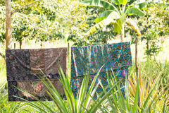 Sarongs en el patio trasero Fotos de archivo