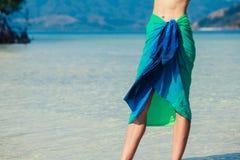 Sarongues vestindo da mulher na praia tropical Imagens de Stock